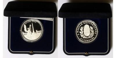 A Magyar Köztársaság elnökétől ezüst érem.